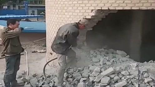 拆八百多米高的烟囱,却只给五百多块钱的工资,包工头还说给多了!