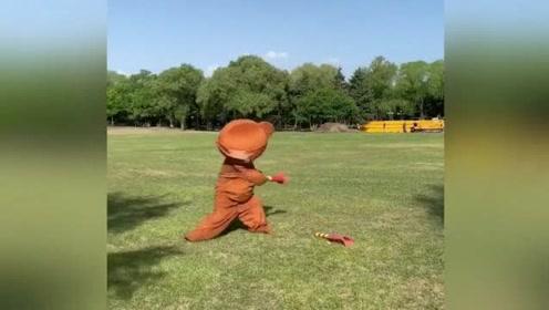 网红熊这动作太潇洒了,我一个140斤的胖子硬是笑出了腹肌