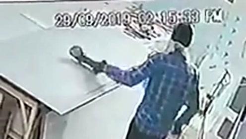 木工接通电源时忘关电锯,电锯直接跳起伤人!