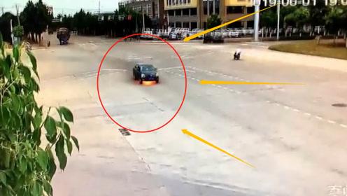 小轿车行驶途中突然起火,男司机吓得弃车而逃,网友:活见鬼了