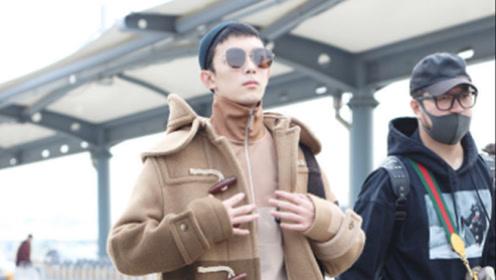 查收男友!吴磊穿牛角扣大衣搭运动裤时尚有型,插兜迈步气质绝了