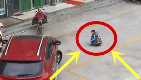 幼童路边惨遭碾压,女司机犹豫2秒,做出这种选择!
