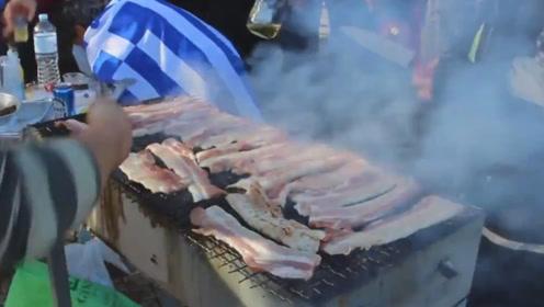 希腊反移民人士在难民营外吃起BBQ