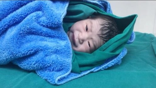 刚出生的小宝宝第一次睁开眼睛,墨豆似的眼睛,又黑又亮