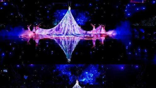 秦岚一袭投影裙浪漫梦幻,打造科技感十足的舞美效果,美到飞起