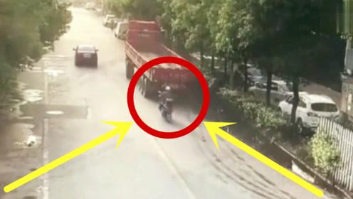 突然一声巨响,货车司机赶紧下车,确定不是碰瓷吗?