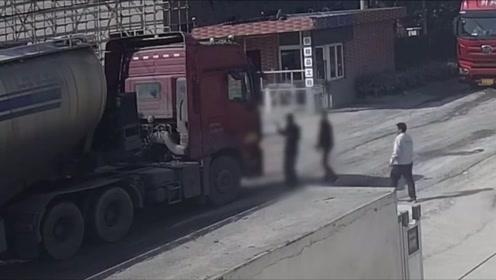 大爷卷入车底被拖行2米 路人一声吼救出一条命