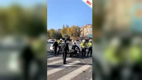 涉嫌酒后驾车 上海67岁男子驾车撞倒隔离栏致3人受伤