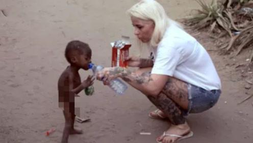 """当年路边讨水""""非洲小男孩"""",6年过去了,如今的样貌看傻众人!"""