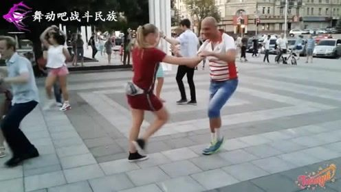 """俄罗斯人原来这么跳""""广场舞"""",路人都看得津津有味"""
