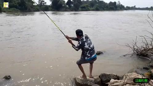 河边的钓竿突然拉动,大哥抓起钓竿就拉,河里的大鲤鱼果然生猛