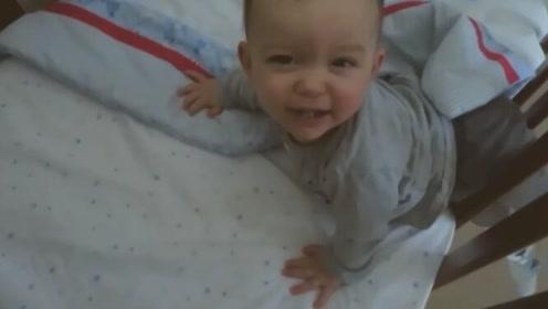 爸爸去叫小宝宝起床,结果进房间一看,瞬间哭笑不得