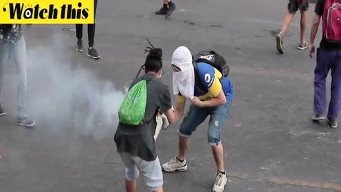 智利抗议居民和警察斗智斗勇:扔一个催泪弹过来就放进水桶盖起来