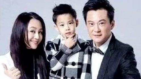45岁曹颖携8岁儿子走秀,穿铁蹄笑容满面,儿子颜值超抢眼