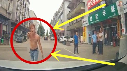 纹身男站路中间发飙,警察来了也不好使,女司机一脚油门教他做人!