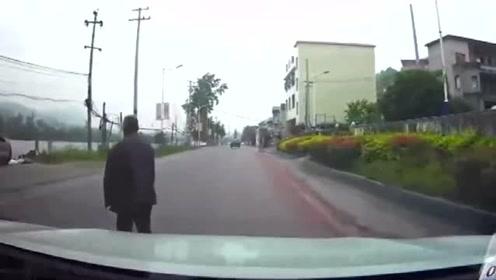 大爷横穿马路太霸道了,我管你什么车,看都不看一眼