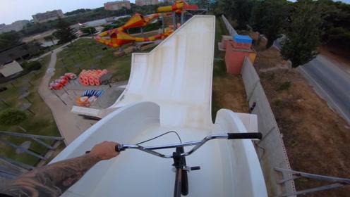 老外作死挑战水上乐园,骑单车冲下滑梯,下一秒无法回头