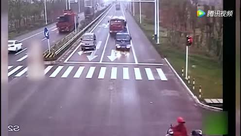 好诡异!车祸现场!电动车主竟用凌波微步跑了