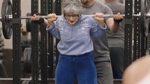 七旬银发老太,常年在健身房霸气撸铁,健身女神令人佩服