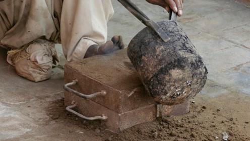 印度老师傅浇铸摩托车发动机外壳,看起来不咋地,这可是个技术活