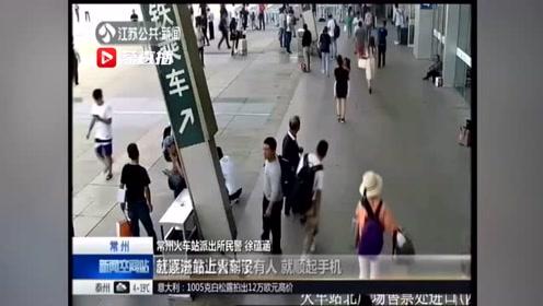 """男子在车站和朋友聊天 手机""""不翼而飞"""",监控揭露贼手"""