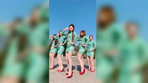 清一色穿搭的五大美女跳广场舞,这身材真性感