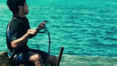 美女划船遭男子尾随,不料男子水性太好,美女费尽力气才杀死了他