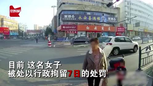 女子带娃骑车逆行,撒泼耍赖指着民警大骂变态:不就是想要钱吗?