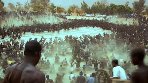 第一次见非洲人捕鱼,大河里几万条鱼瞬间就没了,画面太震撼