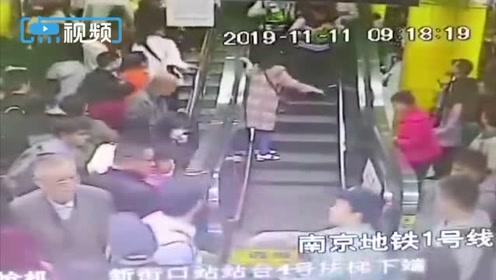 """老人摔倒在上行电梯上,乘客""""教科书""""式制动化险为夷"""