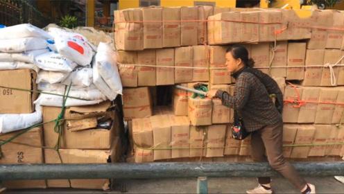 云南河口中越边境,越南人把中国产品带回国,这是要搬空中国?