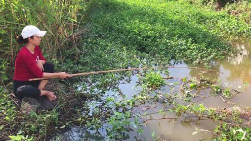 靓妹野钓真任性,赤脚坐在溪边垂钓,转眼野货就要被拽上岸了