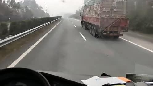 高速上敢这样超车!目测至少10年以上的老司机!