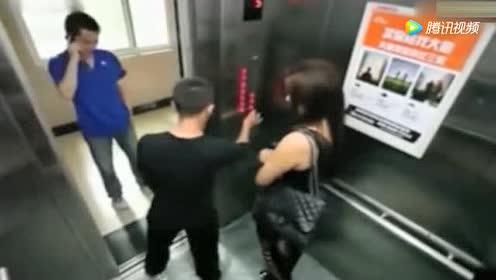 小伙故意不让电梯关门!妹子直接一个抱摔!教他做人
