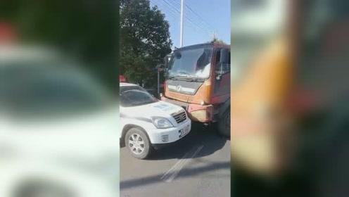 太嚣张!男子无证驾驶报废车辆多次冲撞警车后弃车逃逸