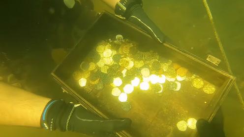 兄弟二人潜水寻宝,意外发现整箱金币,结果下一秒傻眼了