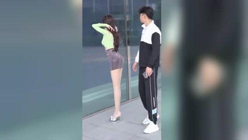 据说无论在何时,女孩子看到镜子都想照一下,对吗?