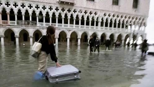 水城威尼斯被罕见洪水淹没 男子当街游泳