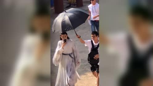 大明星就是不一样 助手要赶紧过来给他撑伞!