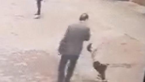湖北一68岁老汉乘公交车逃票  4岁小孩奉劝一句反被其打倒在地