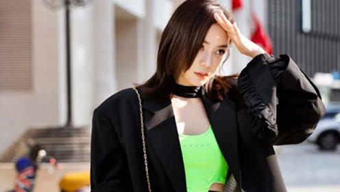 袁姗姗成街头亮点,穿荧光绿露脐上衣配西装,坐姿都是霸气十足