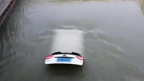 陕西咸阳一私家车翻入河道被打捞上岸 车内一对男女离奇失踪