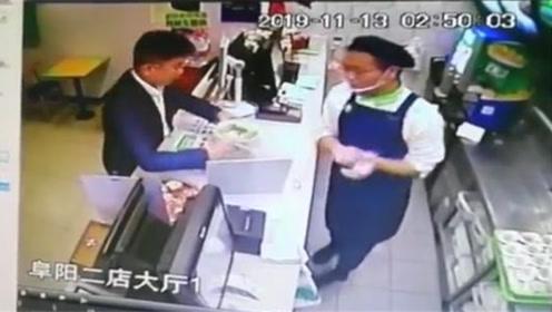 小哥饭店吃饭发现老人蹲坐门口 店内监控拍下小哥暖心举动