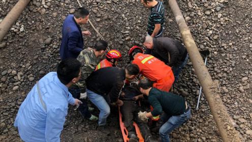 点赞!南充一工厂工人被埋砂石仅露额头 消防员徒手救援