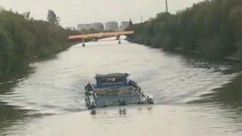 这是轮船还是潜水艇啊,真是大开眼界,难道车里没有进水吗?