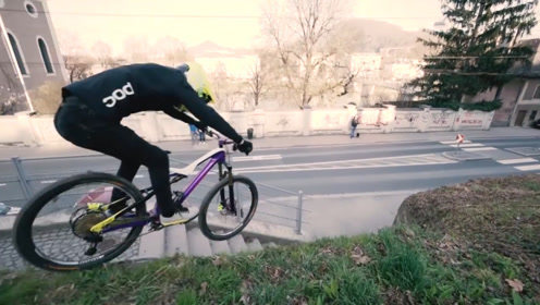 外国小哥随时随地秀车技,骑着自行车飞檐走壁,隔着屏幕都惊恐