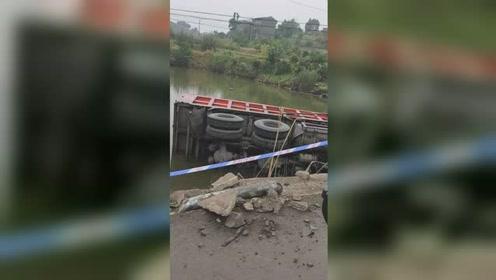 货车撞坏护栏冲出路面 侧翻在堰塘中