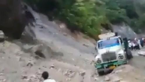 巨石滚落山崖皮卡车被砸中掉入河里 司机不幸被急流冲走