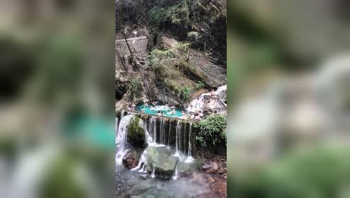 世界最美的温泉瀑布!最大的挂壁温泉