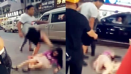 温州一男子街头暴打女子,不停用脚踢头,路人劝阻也没用
